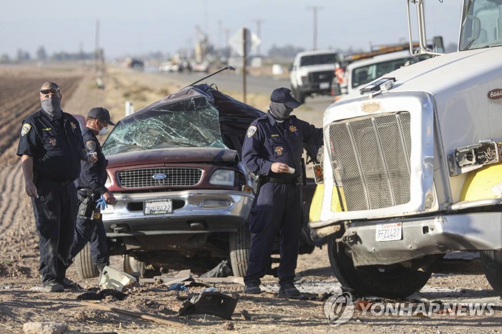 사진은 지난 3월 미국 캘리포니아 홀트빌에서 이민자들을 태우고 가던 SUV가 사고로 부서진 모습. 이 사고로 13명이 숨졌다. [EPA=연합뉴스 자료사진]