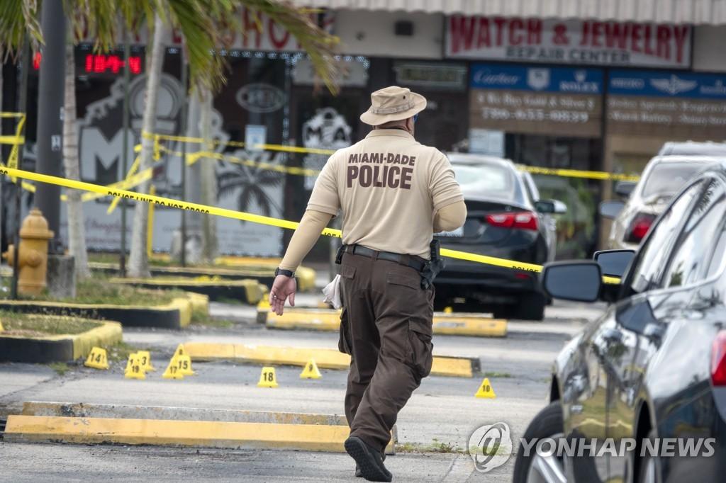 미국 플로리다주 마이애미 총격사건 현장을 수습하는 경찰 [EPA=연합뉴스]