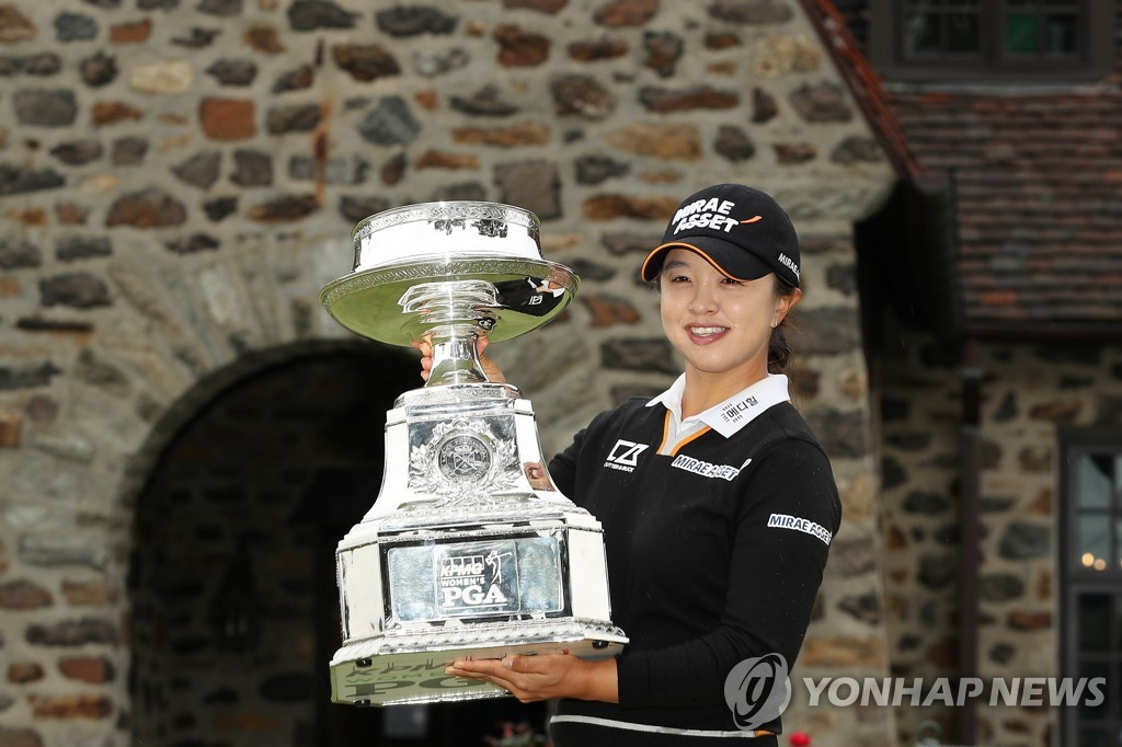 In this Getty Images photo, Kim Sei-young of South Korea hoists the trophy after winning the KPMG Women's PGA Championship at Aronimink Golf Club in Newtown Square, Pennsylvania, on Oct. 11, 2020. (Yonhap)