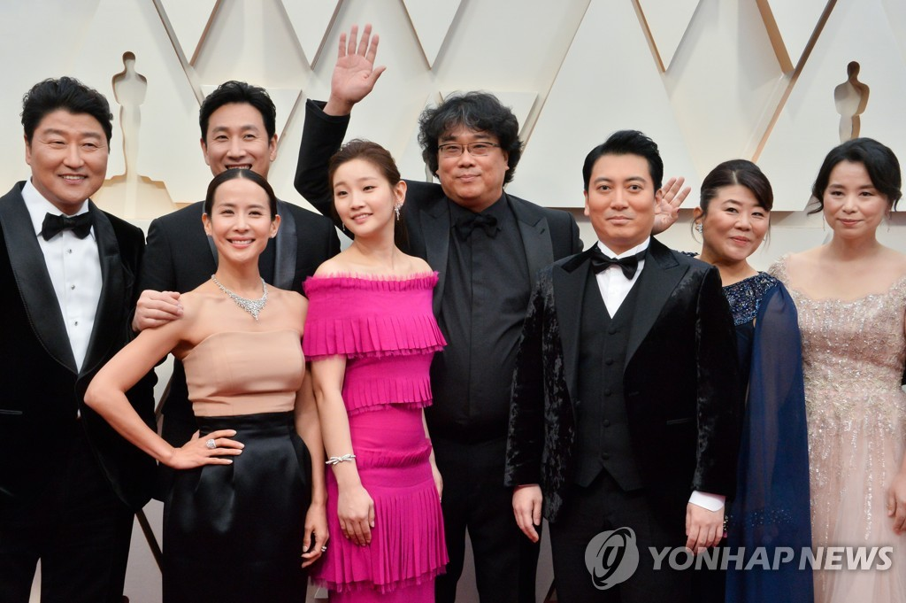 "Bong Joon-ho (C) and the cast and crew of ""Parasite"" arrive for the 92nd annual Oscars at the Dolby Theatre in Los Angeles on Feb. 9, 2020, in this UPI photo. (Yonhap)"