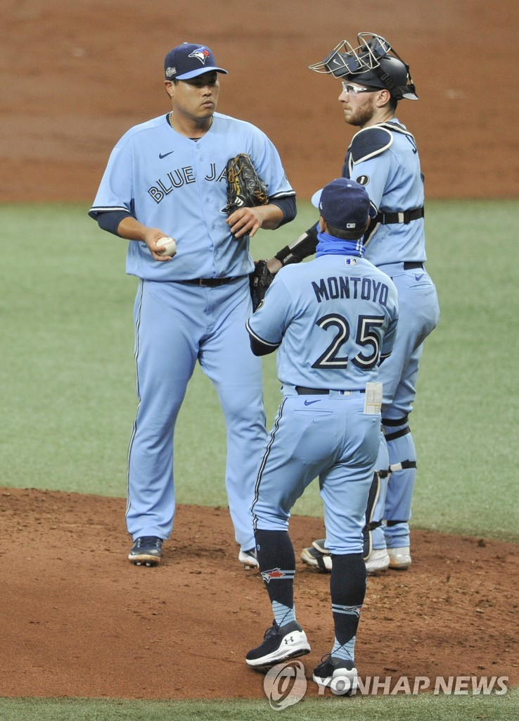 In this UPI photo, Ryu Hyun-jin of the Toronto Blue Jays (L) looks on as manager Charlie Montoyo (C) walks to the mound to pull Ryu in the bottom of the second inning of Game 2 of the American League wild-card series at Tropicana Field in St. Petersburg, Florida, on Sept. 30, 2020. (Yonhap)