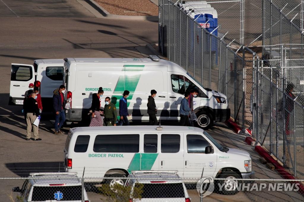 15일(현지시간) 미국 국경수비대가 이민자들을 텍사스주 엘패소 시설에 구금하고 있다. [로이터=연합뉴스]