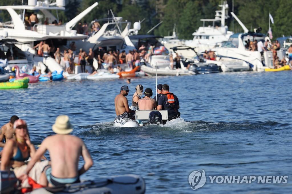 26일 미국 워싱턴주 시애틀 앤드루스 베이에서 시민들이 물놀이를 즐기고 있다.