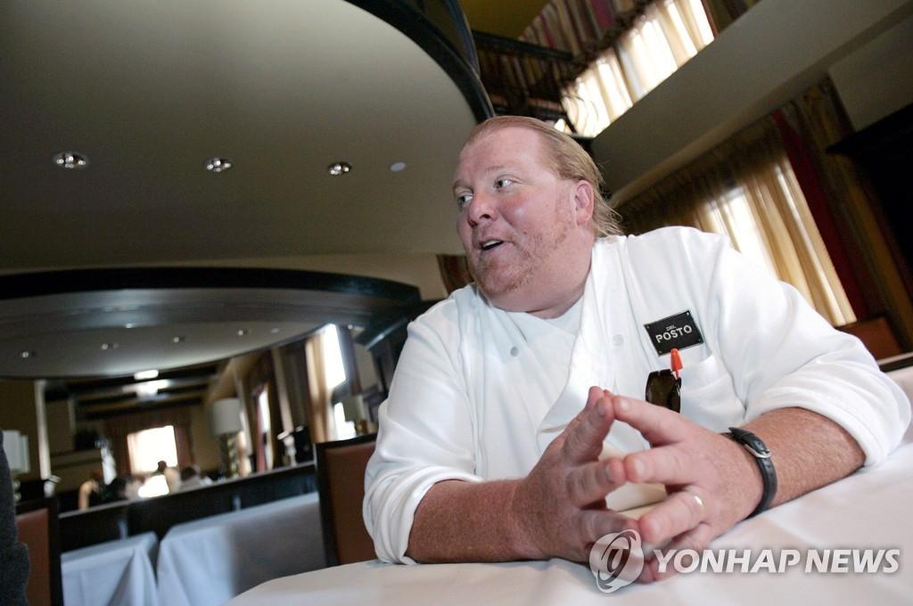 2006년 자신이 소유한 뉴욕의 레스토랑 델포스토에서 인터뷰하는 마리오 바탈리 [로이터=연합뉴스 자료사진]