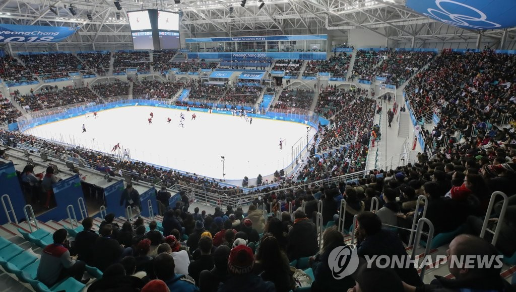This file photo from Feb. 18, 2018, shows fans taking in the men's hockey game between South Korea and Canada during Group A play at the PyeongChang Winter Olympics at Gangneung Hockey Centre in Gangneung, 230 kilometers east of Seoul. (Yonhap)