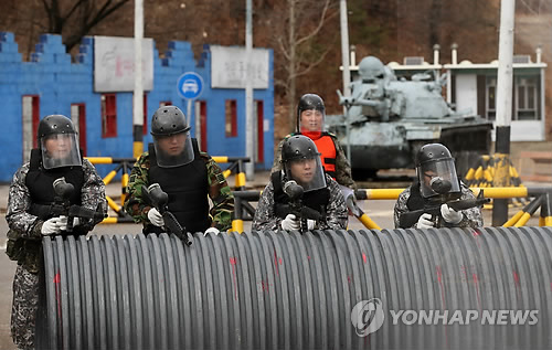 In this file photo, taken on March 5, 2018, members of reserve forces engage in a street fighting drill at an Army unit in Seoul's Songpa Ward after they were mobilized to participate in the year's first mandatory exercise. (Yonhap)