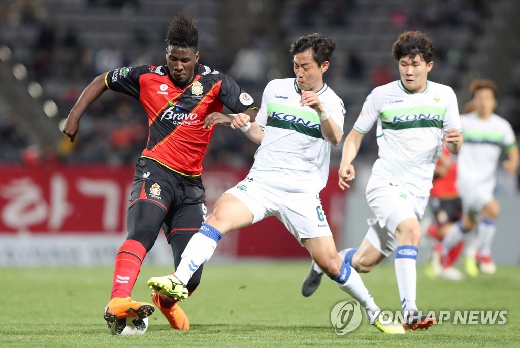 In this file photo, taken April 11, 2018, Gyeongnam FC's Brazilian striker Marcao (L) controls the ball against Jeonbuk Hyundai Motors players during a K League 1 match at Changwon Football Center in Changwon. (Yonhap)
