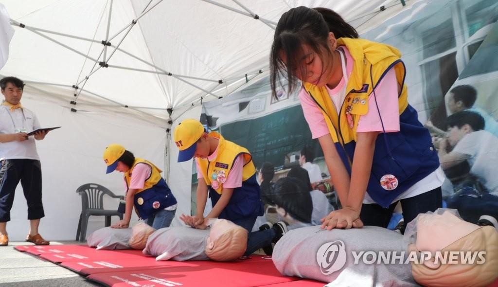 """""""심폐소생술은 이렇게""""[연합뉴스 자료사진]"""