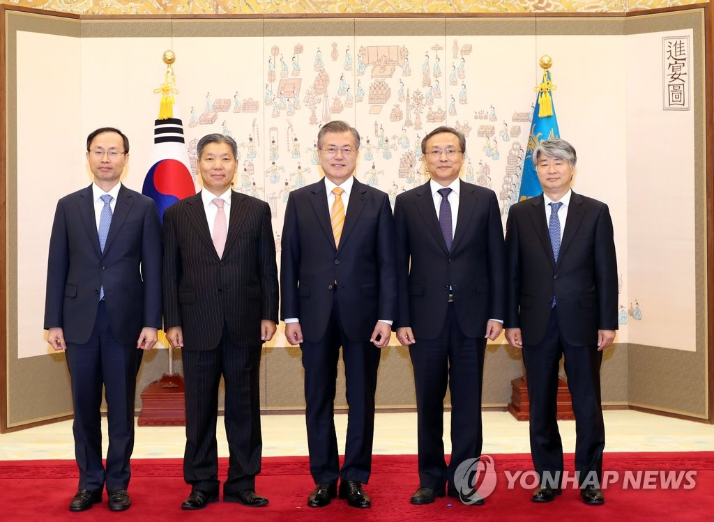 President Moon Jae-in (C) poses for a photo with three new justices of the Constitutional Court after appointing them in a ceremony held at his office Cheong Wa Dae in Seoul on Oct. 23, 2018. They are (from L to R) Justice Kim Ki-young, Justice Lee Young-jin, Moon, Constitutional Court Chief Justice Yoo Nam-seok and Justice Lee Jong-seok. (Yonhap)