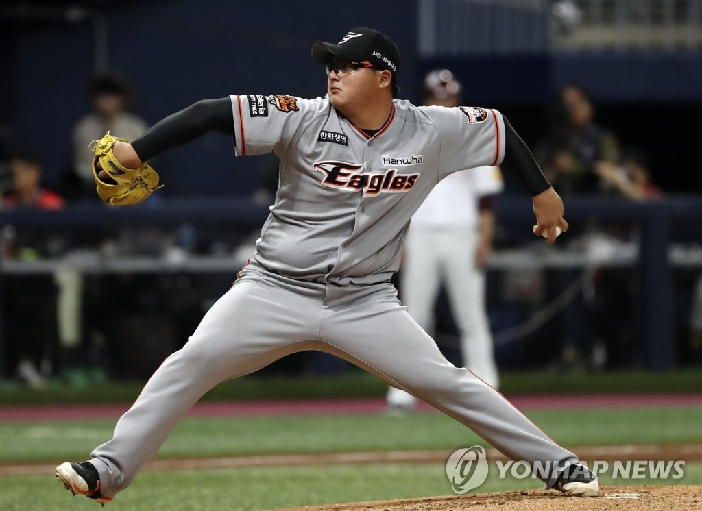 In this file photo from Oct. 23, 2018, Hanwha Eagles' starter Park Ju-hong delivers a pitch against the Nexen Heroes in the bottom of the first inning of a Korea Baseball Organization postseason series at Gocheok Sky Dome in Seoul. (Yonhap)