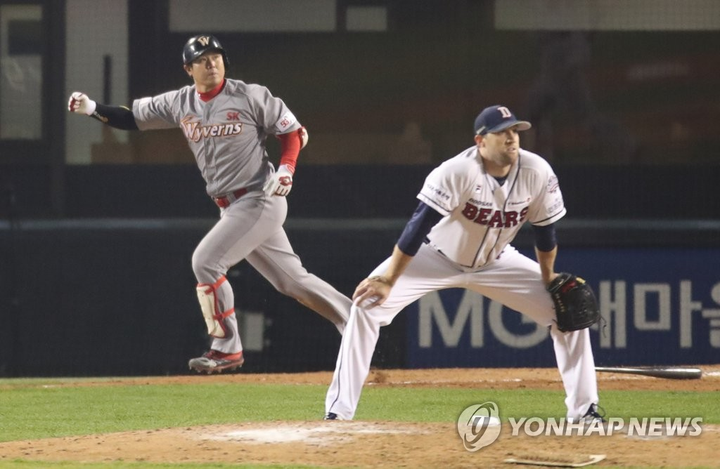 In this file photo from Nov. 12, 2018, Josh Lindblom of the Doosan Bears (R) watches a game-tying solo home run by Choi Jeong of the SK Wyverns in the top of the ninth inning of Game 6 of the Korean Series at Jamsil Stadium in Seoul. (Yonhap)