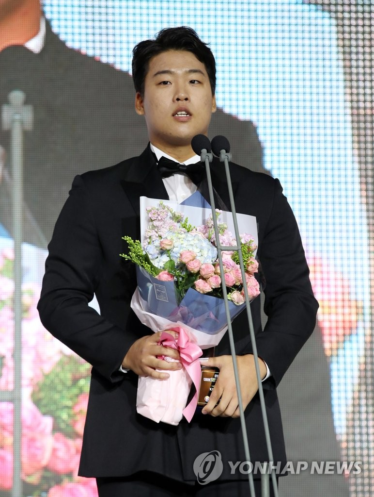 In this file photo from Nov. 19, 2018, Kang Baek-ho of the KT Wiz speaks after receiving the Korea Baseball Organization's Rookie of the Year award during a ceremony in Seoul. (Yonhap)