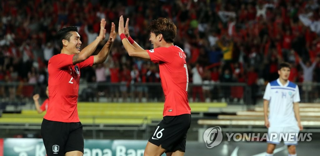 South Korea's Hwang Ui-jo (R) celebrates with Lee Yong after scoring a goal in a friendly football match against Uzbekistan at the Queensland Sport and Athletics Centre (QSAC) in Nathan, a suburb of Brisbane, Australia, on Nov. 20, 2018. (Yonhap)