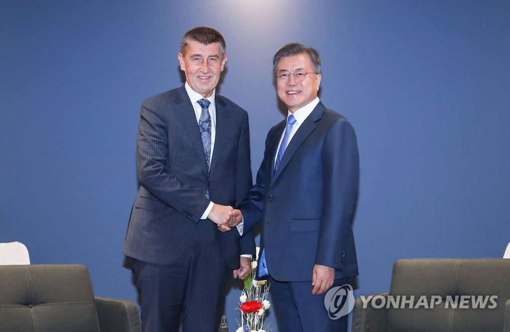 South Korean President Moon Jae-in (R) and Czech Prime Minister Andrej Babis shake hands before the start of their meeting in Prague on Nov. 28, 2018. (Yonhap)