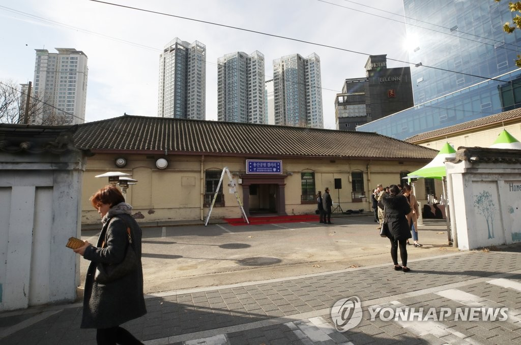The Yongsan Park Gallery opened on Nov. 30, 2018, in a building inside Camp Kim in the district of Yongsan, central Seoul. The building used to house the United Service Organization (USO). (Yonhap)