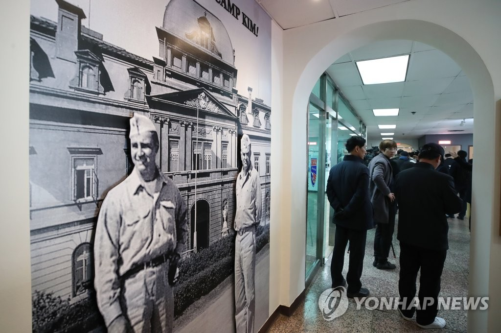 "Visitors look around the ""Joint Exhibition of Seoul - USFK"" at Yongsan Park Gallery in Camp Kim, Yongsan, Seoul, on Nov. 30, 2018. (Yonhap)"