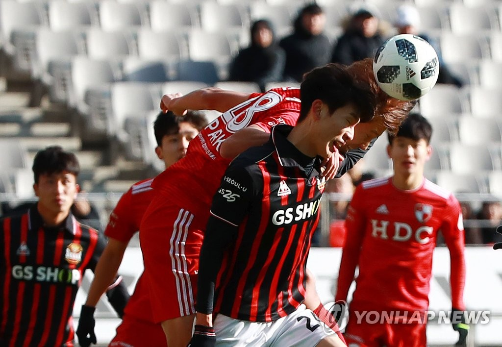 FC Seoul's Jung Hyun-cheol vies for the ball with Busan IPark FC's Kim Hyun-sung during the second leg of the K League promotion-relegation playoff at Seoul World Cup Stadium in Seoul on Dec. 9, 2018. (Yonhap)