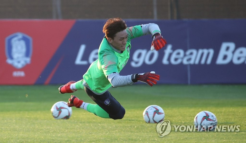 South Korean goalkeeper Kim Seung-gyu trains with the national team at Sheikh Zayed Stadium in Abu Dhabi on Dec. 30, 2018, in preparation for the Asian Football Confederation Asian Cup. (Yonhap)