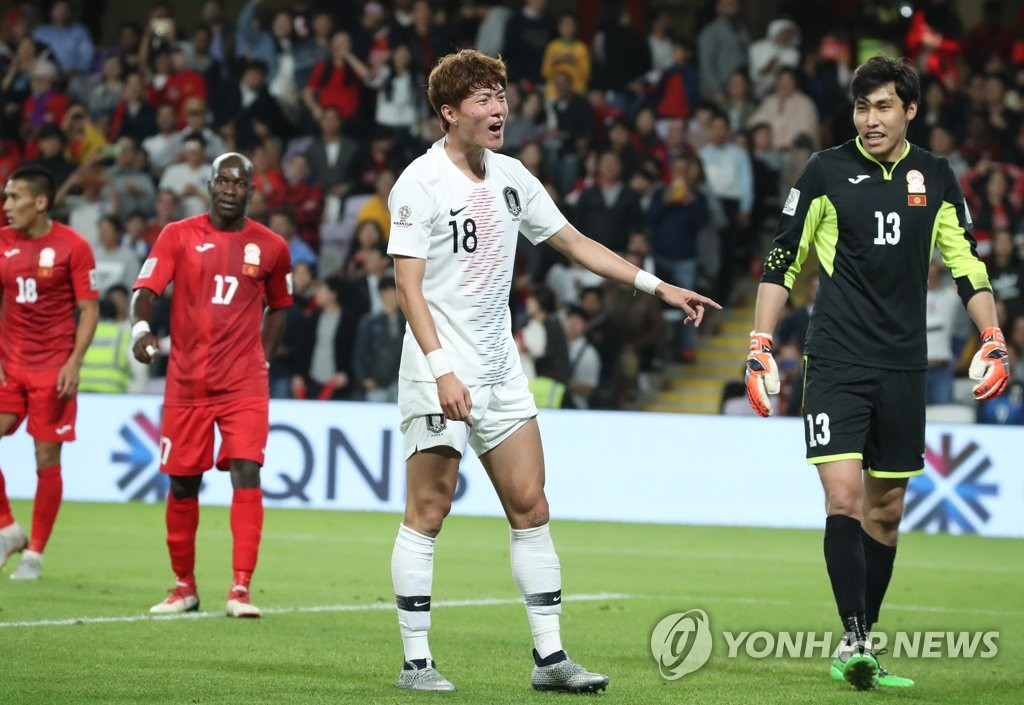 South Korea's Hwang Ui-jo (C) makes an appeal to the referee during a Group C match against Kyrgyzstan at the AFC Asian Cup at Hazza bin Zayed Stadium in Al Ain, the United Arab Emirates, on Jan. 11, 2019. (Yonhap)