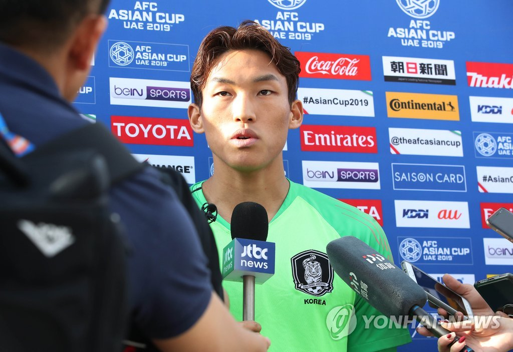 South Korean goalkeeper Kim Seung-gyu speaks to reporters at New York University Abu Dhabi in Abu Dhabi on Jan. 13, 2019, before the start of practice for the Asian Football Confederation (AFC) Asian Cup. (Yonhap)