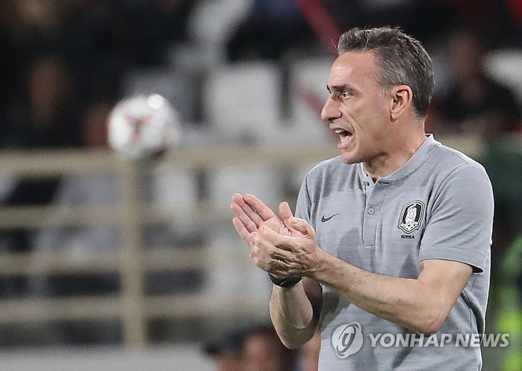 South Korea head coach Paulo Bento directs his players during their 2-0 victory over China in Group C action at the Asian Football Confederation (AFC) Asian Cup at Al Nahyan Stadium in Abu Dhabi on Jan. 16, 2019. (Yonhap)