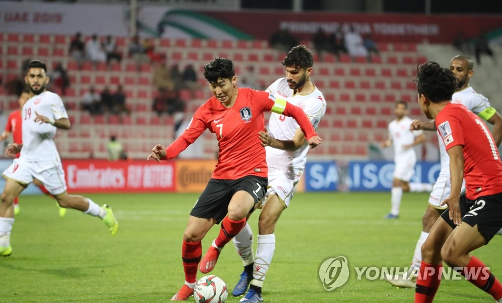 South Korea national football team captain Son Heung-min (C) controls the ball during the AFC Asian Cup round of 16 match against Bahrain at Rashid Stadium in Dubai, the United Arab Emirates, on Jan. 22, 2019. (Yonhap)