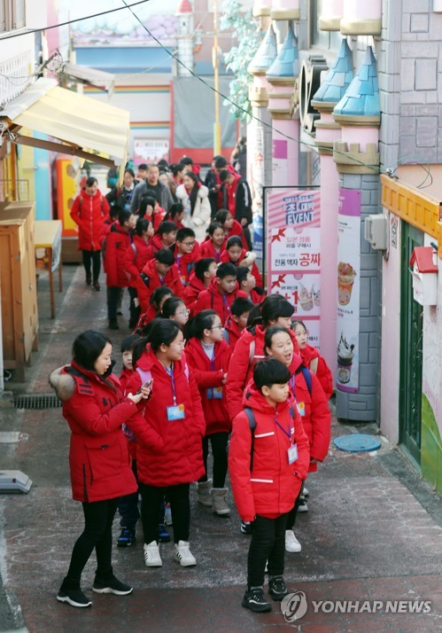 Chinese students on excursion to Korea