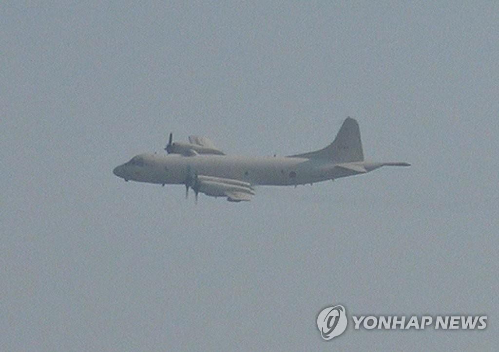 日本は韓国艦艇が海自哨戒機に火器管制レーダーを照射したと主張し、韓国は海自哨戒機が韓国艦艇に対し威嚇飛行を行ったと指摘した。韓国側が公開した威嚇飛行の写真(資料写真、韓国国防部提供)=(聯合ニュース)