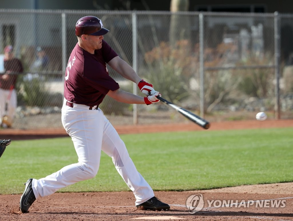 In this file photo from Feb. 18, 2019, Jerry Sands of the Kiwoom Heroes swings the bat in an intrasquad game during spring training at Peoria Sports Complex in Peoria, Arizona. (Yonhap)