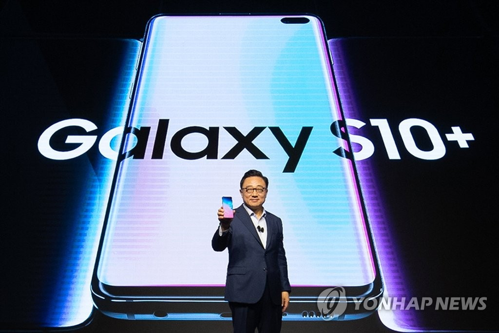 DJ Koh, head of Samsung's IT & Mobile Communications Division, introduces the new Galaxy S10+ smartphone during a launching event in New Delhi on March 6, 2019, in this photo provided by the South Korean tech giant. (Yonhap)