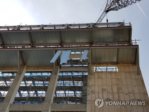 (LEAD) 3 construction workers plunge to deaths in Andong