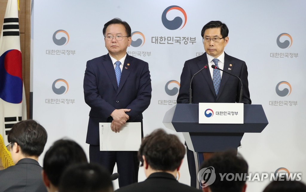 Interior Minister Kim Boo-kyum and Justice Minister Park Sang-ki speak to the press during a briefing in Seoul on March 19, 2019. (Yonhap)