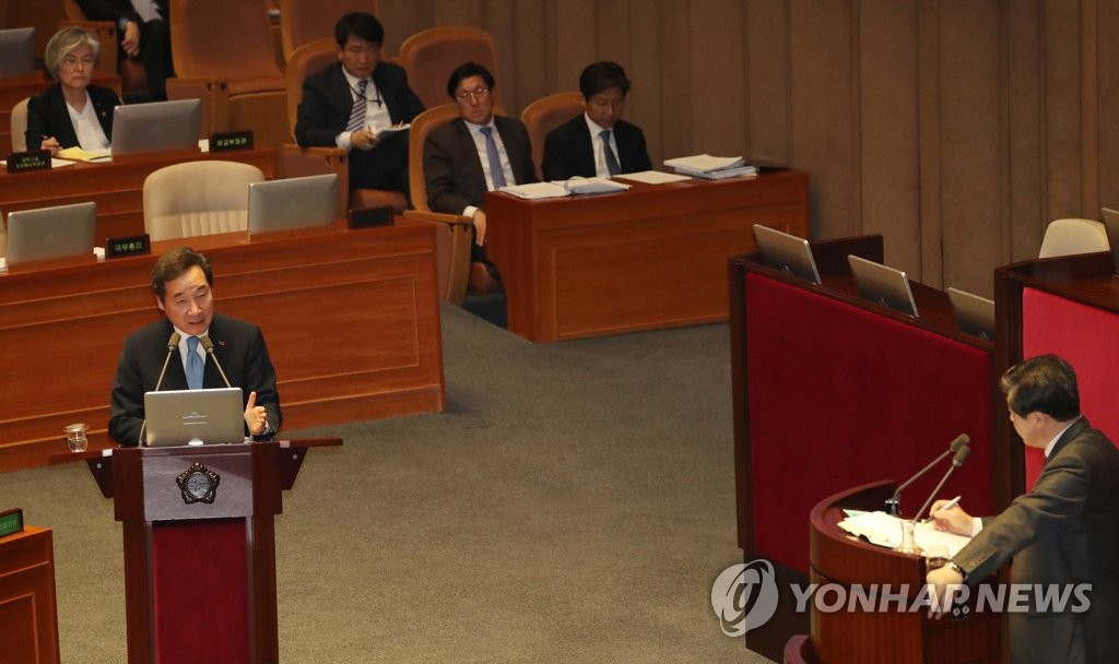 Prime Minister Lee Nak-yon (L) answers questions from an opposition lawmaker on foreign and security affairs and unification during a parliamentary interpellation session on March 20, 2019. (Yonhap)