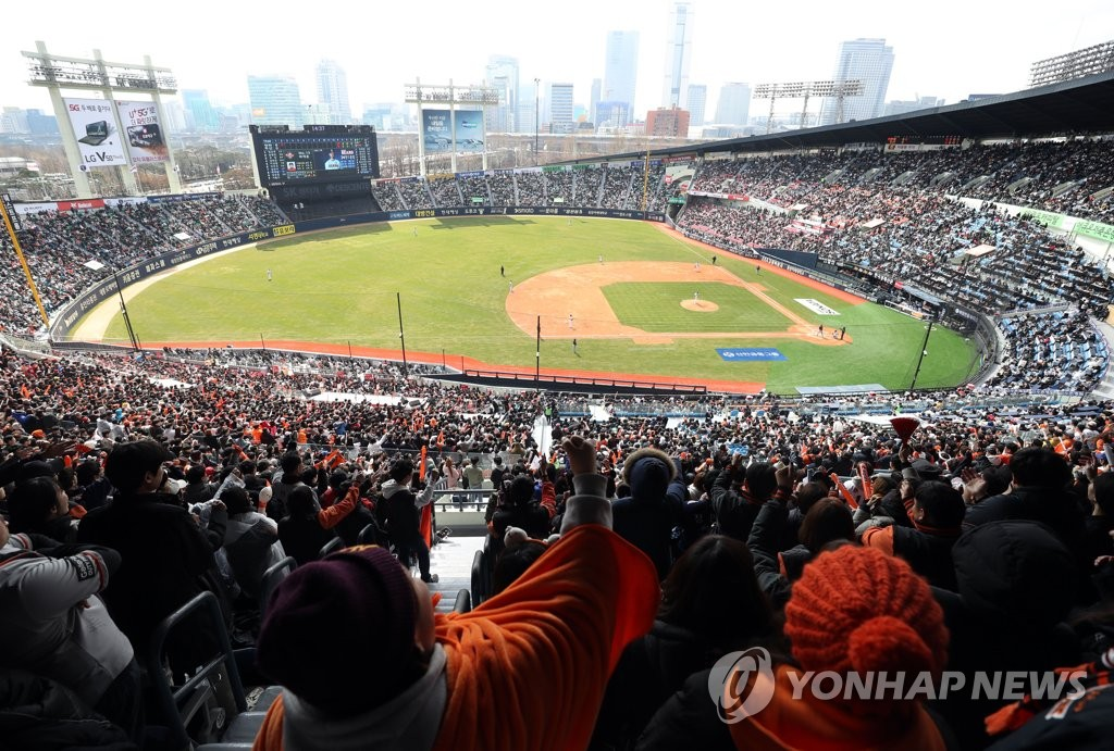 Fans attend a Korea Baseball Organization regular season game between the home team Doosan Bears and the Hanwha Eagles at Jamsil Stadium in Seoul on March 23, 2019. (Yonhap)