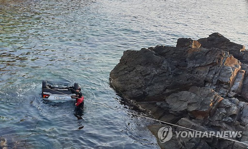 The Coast Guard pulls a white Hyundai Kona out of the water in the eastern coastal city of Gangneung on March 26, 2019, after the car fell into the sea with five people inside. Police said no one survived the crash. (Yonhap)