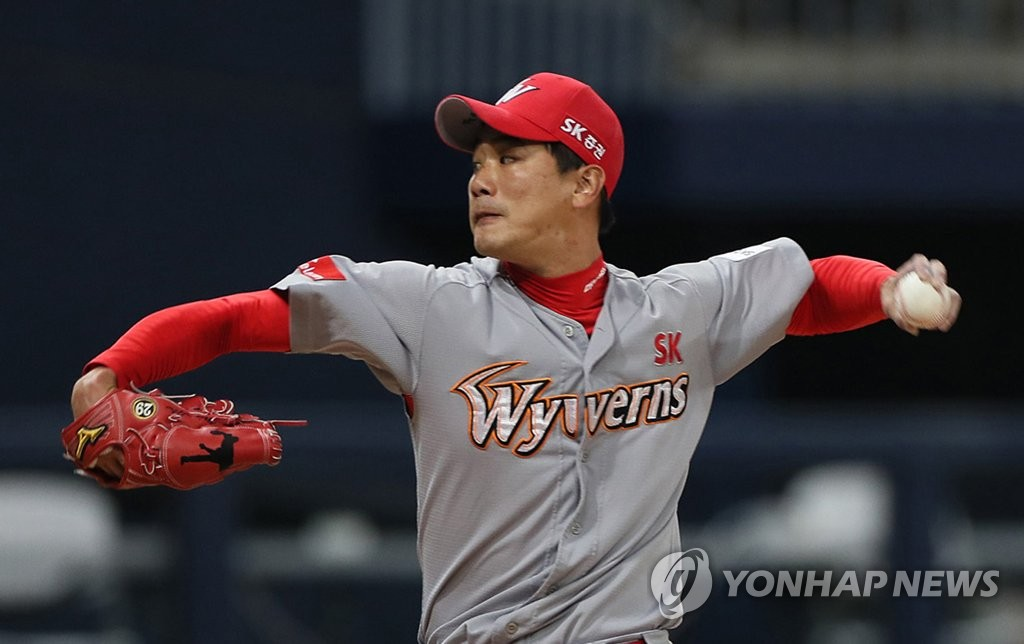 In this file photo from March 29, 2019, Kim Kwang-hyun of the SK Wyverns throws a pitch against the Kiwoom Heroes in the bottom of the first inning of a Korea Baseball Organization regular season game at Gocheok Sky Dome in Seoul. (Yonhap)