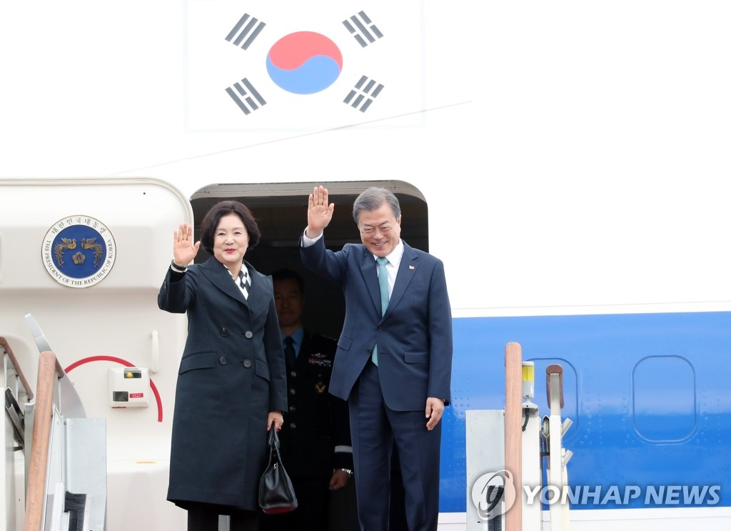 President Moon Jae-in (R) and his wife Kim Jung-sook wave as they depart a military airport in Seongnam, south of Seoul, on April 10, 2019. Moon is scheduled to hold a summit with U.S. President Donald Trump at the White House on April 11 (local time). (Yonhap)