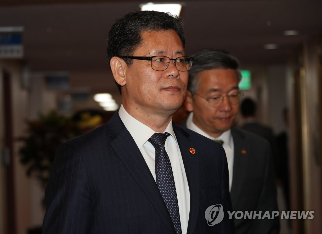 This photo, taken on April 16, 2019, shows Unification Minister Kim Yeon-chul at the government complex in Seoul. (Yonhap)