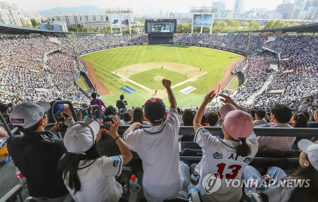 Fans attend a Korea Baseball Organization regular season game between the home team Doosan Bears and the LG Twins at Jamsil Stadium in Seoul on May 5, 2019. (Yonhap)