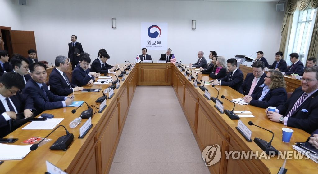 This photo shows government officials of South Korea and the United States gathered at Seoul's foreign ministry for working group talks on North Korea-related issues on May 10, 2019. (Yonhap)