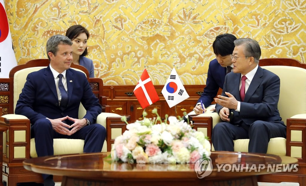 (LEAD) Moon asks Denmark to continue support for Korea peace process
