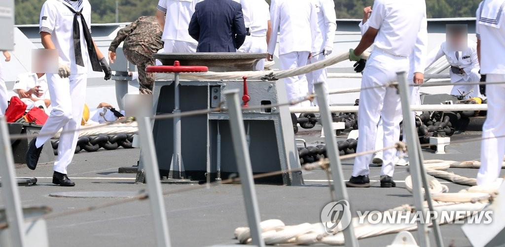 The Navy inspects the scene of an accident involving a destroyer that returned home in the southern port of Jinhae after an overseas mission on May 24, 2019. One officer was killed and four others were injured when a rope used to connect the destroyer to the dock snapped for an unknown reason. (Yonhap)