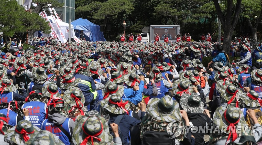 In this file photo, taken on May 28, 2019, unionized workers of Hyundai Heavy Industries shout slogans during a rally in the southeastern city of Ulsan to voice their opposition to the company's split-up plan for a merger with Daewoo Shipbuilding and Marine Engineering Co. (Yonhap)