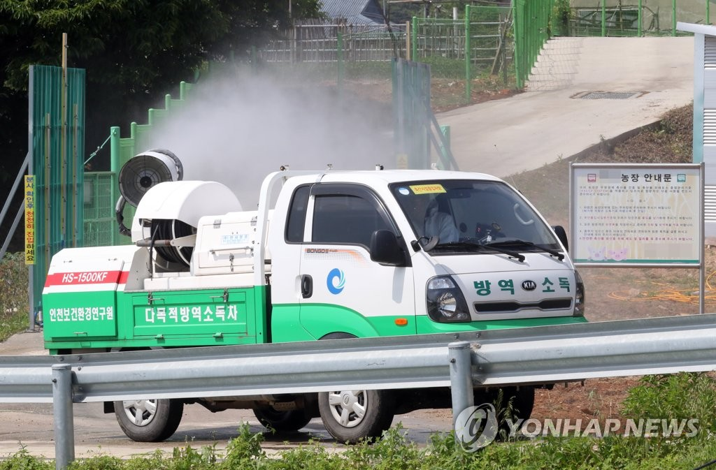 Sanitation officials disinfect a pig farm on Ganghwa Island in Incheon, west of Seoul, on June 3, 2019, in an effort to prevent African swine fever from hitting the region following the outbreak last week of the fever in North Korea. (Yonhap)