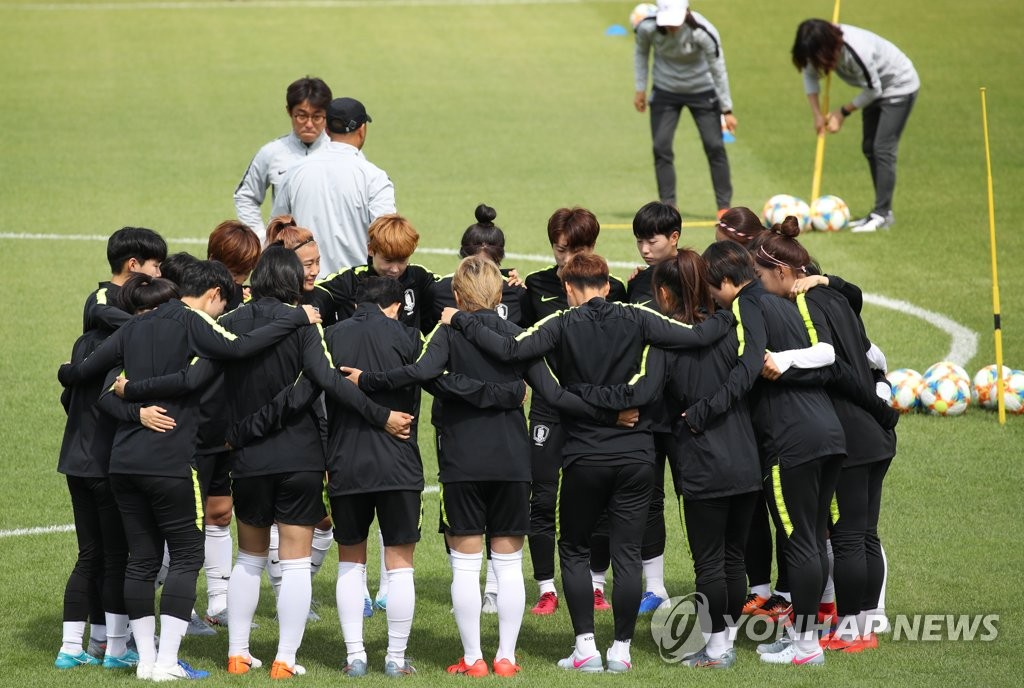 Members of the South Korean women's national football team prepare for their practice at Stade Louis Boury in Gennevilliers, France, on June 3, 2019, in preparation for the FIFA Women's World Cup. (Yonhap)