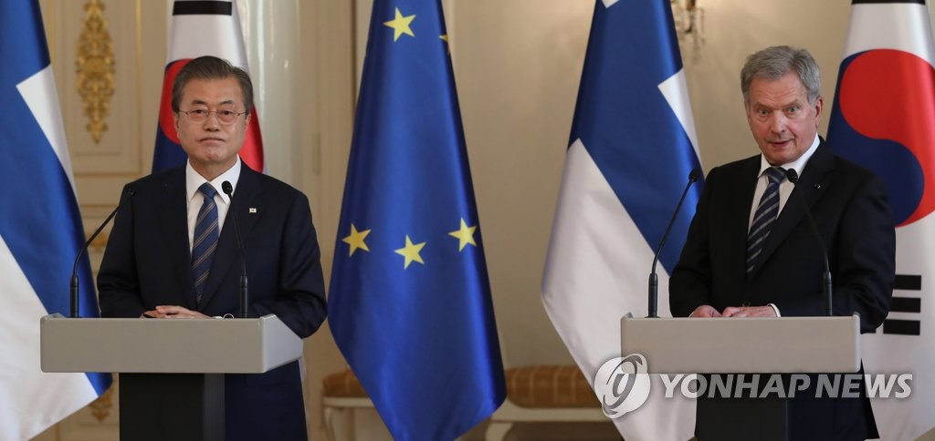 South Korean President Moon Jae-in (L) holds a joint press conference with his Finnish counterpart, Sauli Niinisto, at the presidential palace in Helsinki on June 10, 2019. (Yonhap)
