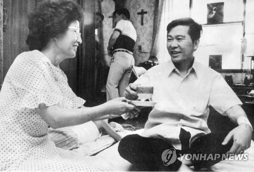 This file photo shows former late President Kim Dae-jung (R) and his wife, Lee Hee-ho. Lee, who died at the age of 96 on June 10, 2019, was a political buttress for the ex-president. (Yonhap)