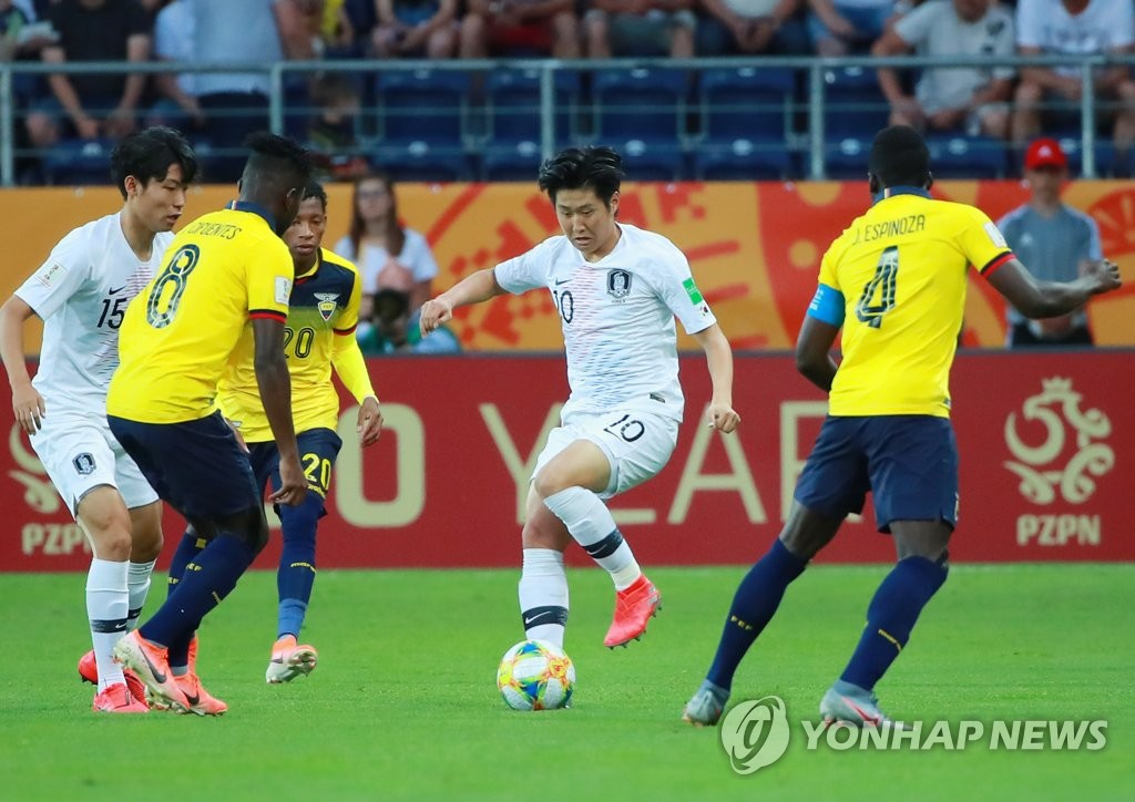 Lee Kang-in of South Korea (2nd from R) tries to dribble past Jose Cifuentes (L) and Jhon Espinoza (R) of Ecuador in the semifinals of the FIFA U-20 World Cup at Lublin Stadium in Lublin, Poland, on June 11, 2019. (Yonhap)