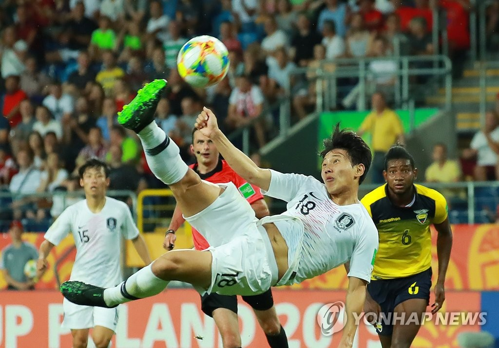Cho Young-wook of South Korea takes a shot against Ecuador in the semifinals of the FIFA U-20 World Cup at Lublin Stadium in Lublin, Poland, on June 11, 2019. (Yonhap)