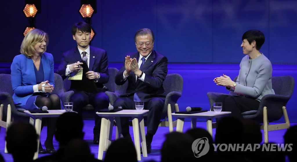 South Korean President Moon Jae-in attends a Q&A session moderated by Laura Bicker (L), a BBC correspondent in Seoul, and joined by Norwegian Foreign Minister Ine Eriksen Soreide (R), at the University of Oslo in Norway on June 12, 2019. Moon's translator is seated next to him. (Yonhap)